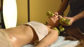 Masseur som gör massage på kvinnahuvuddel i brunnsortsalongen lager videofilmer