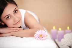 Masseur som gör massage på kvinnahuvuddel i brunnsortsalongen Skönhettre royaltyfria bilder