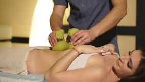 Masseur som gör massage på kvinnahuvuddel i brunnsortsalongen Stående över vit bakgrund stock video