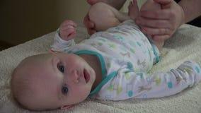 Masseurmann machen Beinmassage 5-monatiges Baby auf spezieller Tabelle 4K stock video