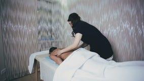 Masseuse делает задний массаж сток-видео
