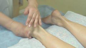 Девушка делает женщине взрослой массаж видео фото 28-184