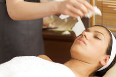 Masseuse cleaning face Royalty Free Stock Photos