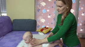 Masseuse, die kleine Babyrückseite auf Couch massiert Getrennt auf weißem Hintergrund stock video footage