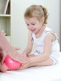 Masseuse die massage doet aan meisje stock foto