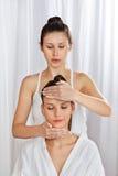 Masseuse Giving Head Massage zur Frau Lizenzfreies Stockfoto