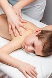 Barnmassage arkivfoto