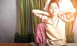 Masseuse thaïlandaise faisant le massage pour la femme dans le salon de station thermale Belle femme asiatique obtenant le massag Photos stock