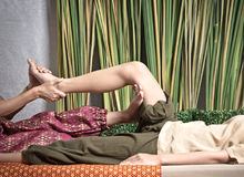 Masseuse thaïlandaise faisant le massage pour la femme dans le salon de station thermale Belle femme asiatique obtenant le massag Photos libres de droits