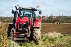 Massey Ferguson met tractor het boren op achtergrond omhoog wordt geparkeerd die Stock Afbeelding
