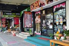 Massez la boutique située sur une rue parallèle de route de plage Photos libres de droits