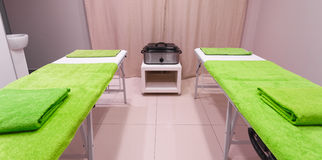 Massez la pièce de traitement dans le salon sain de station thermale de beauté Images libres de droits