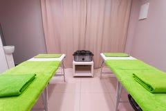 Massez la pièce de traitement dans le salon sain de station thermale de beauté Photographie stock libre de droits