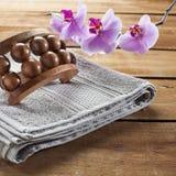 Massez les fleurs accessoires et roses d'orchidée sur le fond en bois pour la relaxation photos stock