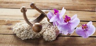 Massez les fleurs d'accessoire et d'orchidée sur le fond en bois avec des orchidées pour la relaxation image libre de droits