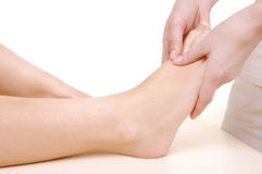 Massez les pieds d'un jeune femme Image stock
