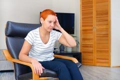 Massez ses temples Une femme souffrant d'un mal de tête Problèmes de santé, Femme tenant sa tête avec sa main image stock