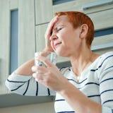 Massez ses temples Une femme souffrant d'un mal de tête Problèmes de santé, Femme tenant sa tête avec sa main images stock