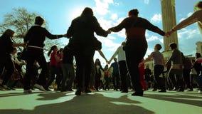 Massfolkdanser på gatan arkivfilmer