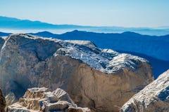 Massi agli strati delle montagne della natura Fotografia Stock
