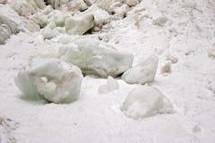 Massi del ghiaccio sotto Arethusa Falls Waterfall nelle montagne bianche di New Hampshire nell'inverno immagine stock libera da diritti