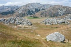 Massi della roccia alla collina del castello Fotografie Stock Libere da Diritti