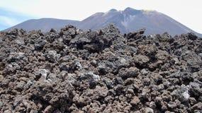 Massi della roccia da Etna con una montagna dietro immagini stock libere da diritti