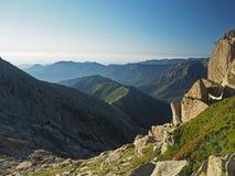 Massi di paesaggio della montagna rocciosa con il cielo blu verde del grassand fotografie stock libere da diritti