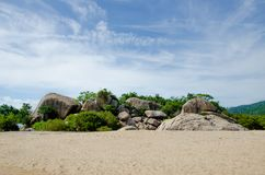 Massi enormi su una spiaggia abbandonata immagini stock libere da diritti