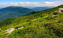 Massi enormi sul prato sopra la cresta della montagna immagine stock