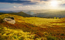 Massi enormi sull'orlo del pendio di collina al tramonto Immagine Stock Libera da Diritti