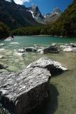 Massi in lago il McKenzie, parco nazionale di Fiordland fotografia stock