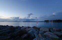 Massi sulla spiaggia, bella sera blu nel Messico fotografie stock libere da diritti