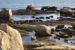 Massi sulla spiaggia con le pozze di marea in Connecticut immagine stock libera da diritti