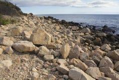 Massi sulla spiaggia lungo la costa del sud di Connecticut immagine stock libera da diritti