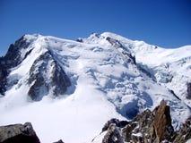 Massiccio della montagna di Mont Blanc Paesaggio del picco di montagna della neve un'altitudine di 4810 m. Immagine Stock Libera da Diritti