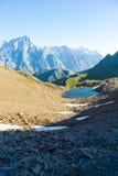 Massiccio maestoso di Mont Blanc e valle alpina con il lago blu Fotografia Stock Libera da Diritti