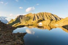 Massiccio maestoso di Mont Blanc e valle alpina con il lago blu Immagini Stock