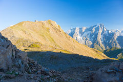 Massiccio maestoso di Mont Blanc e valle alpina verde fertile Fotografie Stock Libere da Diritti