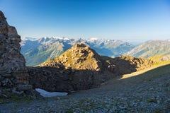 Massiccio maestoso di Mont Blanc e valle alpina verde fertile Immagine Stock