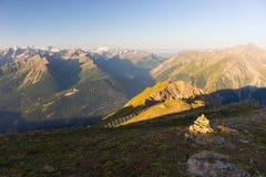Massiccio maestoso di Mont Blanc e valle alpina verde fertile Fotografia Stock Libera da Diritti