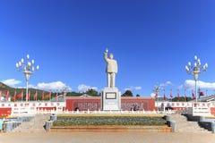 Massief standbeeld op Mao Tse Tung tegen blauwe hemel in het hoofdvierkant van Lijiang Royalty-vrije Stock Foto's