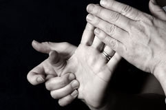 Massieren der Hand am Tagesbadekurort Stockbild