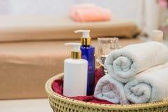 Massieren Sie Einzelteil und Badekurort-Öl im Korb auf Bett stockbilder
