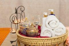 Massieren Sie Einzelteil und Badekurort-Öl im Korb auf Bett lizenzfreies stockfoto