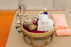Massieren Sie Einzelteil und Badekurort-Öl im Korb auf Bett stockfoto