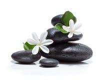 Massieren Sie tiare Blumen, Kerze und schwarzen Steinbadekurort Stockfotografie