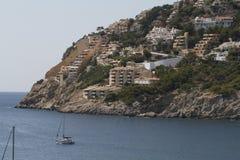 Massieve bouw dichtbij het overzees in Mallorca stock foto