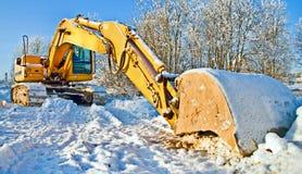Massieve bulldozer, het werk dat voor de winter wordt tegengehouden Stock Foto's