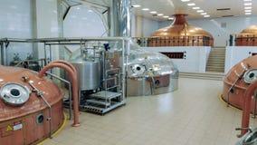 Massieve fabriekszaal met de containers van het metaalbier stock videobeelden